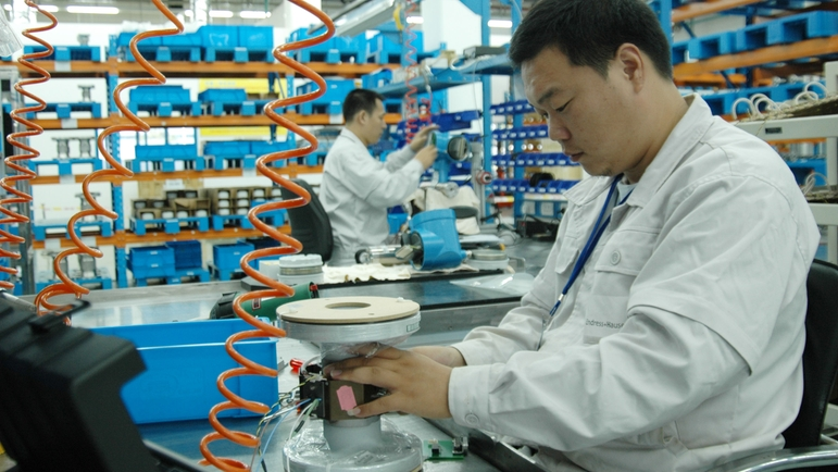 Endress+Hauser Flow China, Suzhou, Männer arbeiten in der Produktion